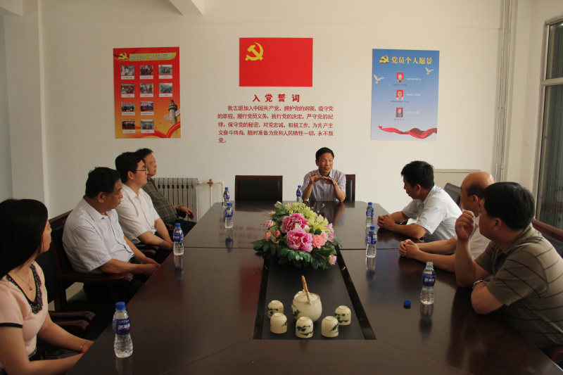 董事长为区委组织部领导介绍公司党支部发展情况